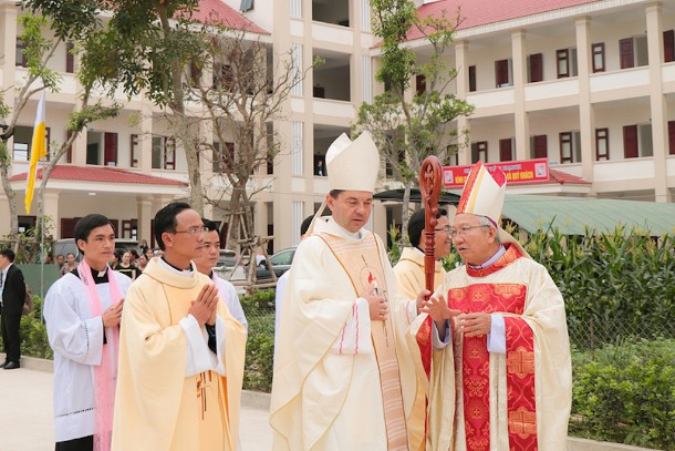 Vietnam : Bishop Hop installed first bishop of newly erected Ha Tinh diocese